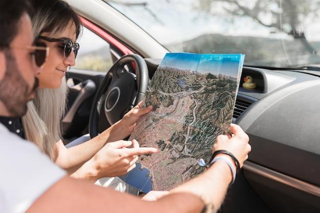 Nahaufnahme von paaren im auto, das karte betrachtet
