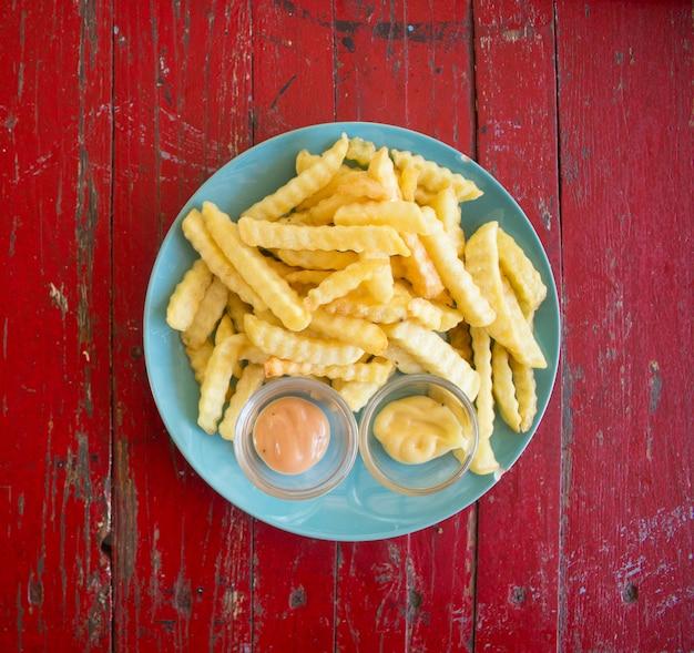 Nahaufnahme von pommes frites auf weißem teller, top aussicht