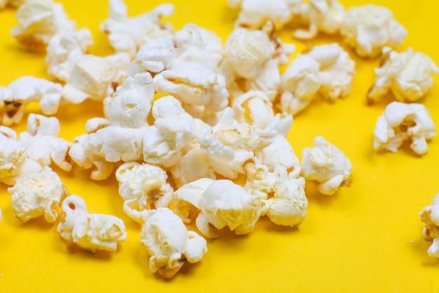 Nahaufnahme von popcornkörnern auf gelb