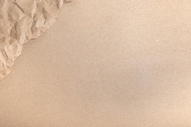 Nahaufnahme von recycelten braunen falten zerknittert alt mit rauem hintergrund der papierseitenstruktur. falte grunge pergamentmuster vintage-design