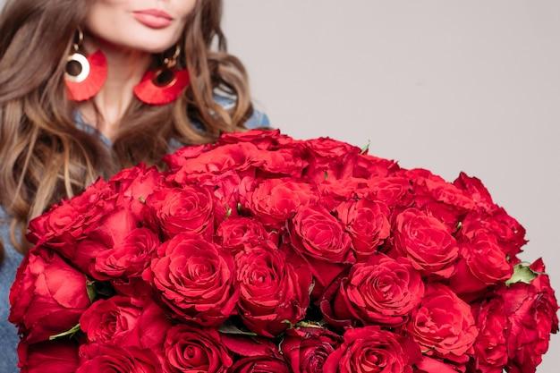 Nahaufnahme von riesigen und eleganten strauß roter rosen