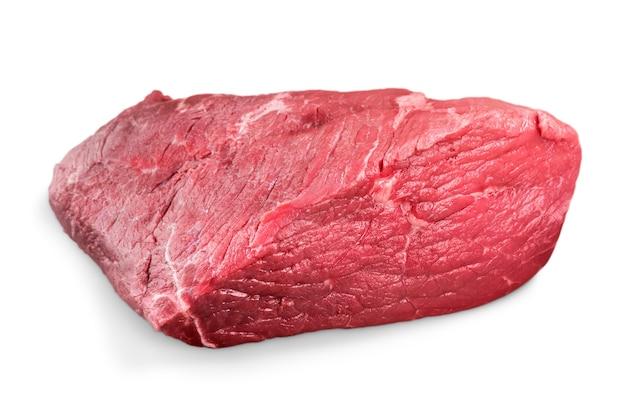 Nahaufnahme von rohem fleisch auf weißem hintergrund mit beschneidungspfad