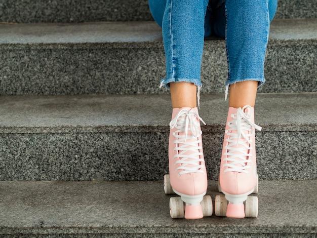 Nahaufnahme von rollschuhen und von treppe