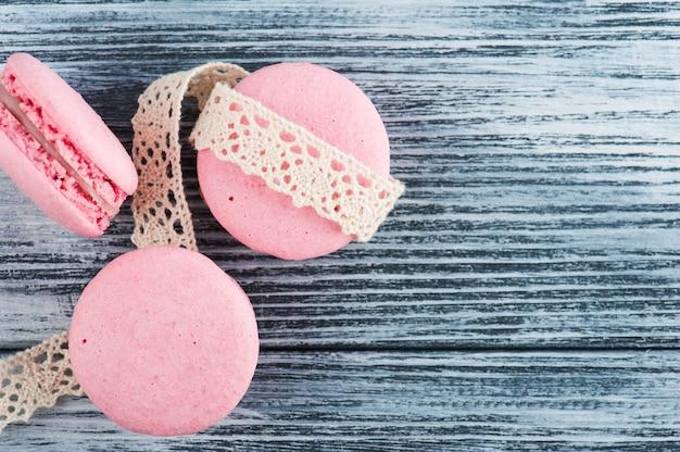 Nahaufnahme von rosa makronen auf blau