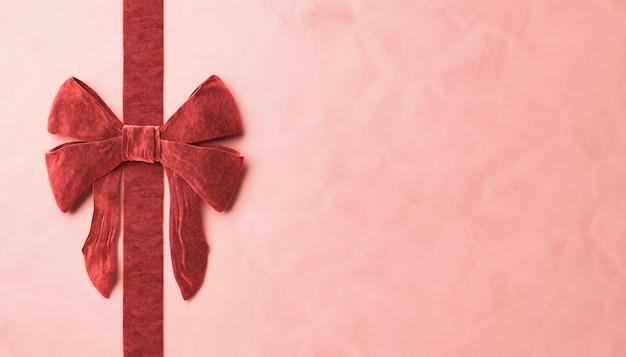 Nahaufnahme von rotem samtband auf papieroberfläche