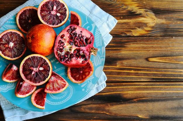 Nahaufnahme von roten sizilianischen blut (blutigen) orangen - geschnitten und geschnitten, reif und geschmackvoll