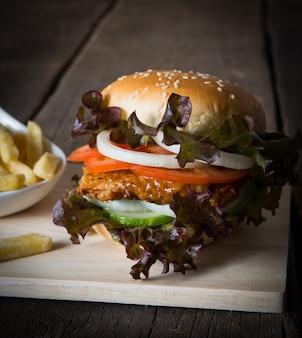 Nahaufnahme von rustic hausgemachten hamburger und pommes frites.