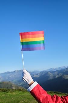 Nahaufnahme von santa claus mit lgbt-banner in berglandschaft