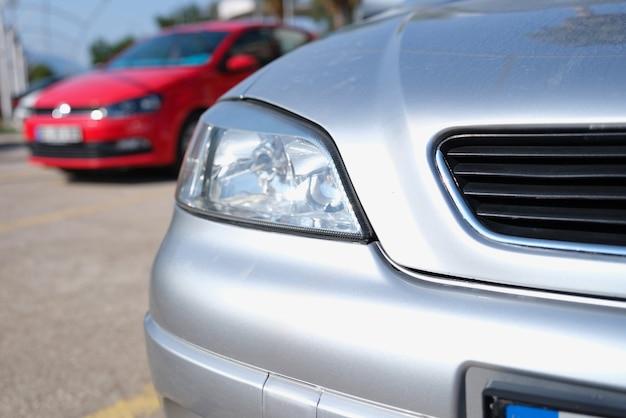 Nahaufnahme von sauberen scheinwerfern des silbrigen autos auf dem parkplatz