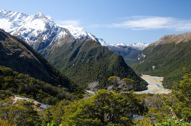 Nahaufnahme von schneebedeckten bergen vom routeburn track, neuseeland