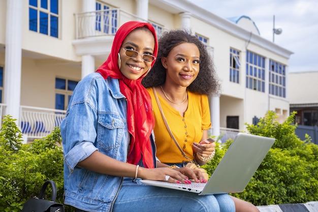 Nahaufnahme von schönen jungen damen mit einem laptop