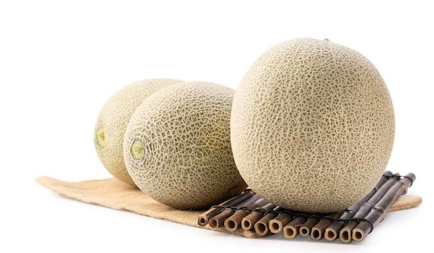 Nahaufnahme von schönen leckeren geschnittenen saftigen cantaloupe-melone, moschusmelone, rock-melone isoliert auf weißem hintergrund.