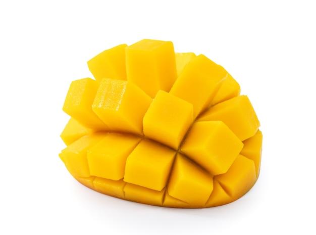 Nahaufnahme von schönen leckeren reifen mango isoliert auf weißem tischhintergrund, beschneidungspfad ausgeschnitten.