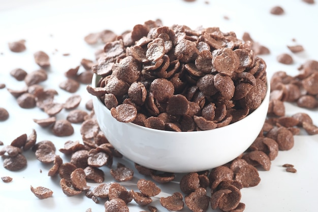Nahaufnahme von schokoladen cornflakes in einer schüssel auf weiß