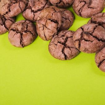Nahaufnahme von schokoladenkeksen auf grünem hintergrund