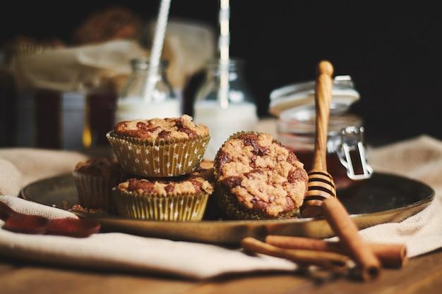 Nahaufnahme von schokoladenmuffins mit honig und milch