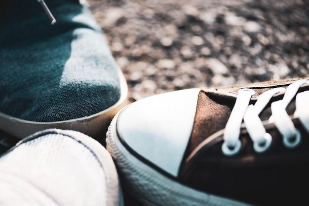 Nahaufnahme von schuhen in einer gruppe mit ihren füßen zusammen, die einheit und teamarbeit zeigen