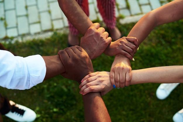Nahaufnahme von schwarzen menschen mit verbundenen händen