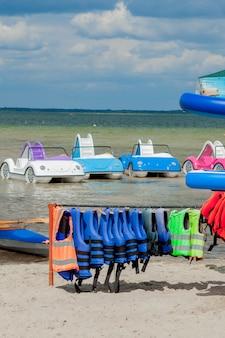 Nahaufnahme von schwimmwesten mit meereshintergrund, ausrüstung für die sicherheit beim wassertransport.