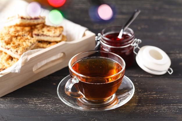 Nahaufnahme von selbst gemachten keksen und von tasse tee auf dem tisch