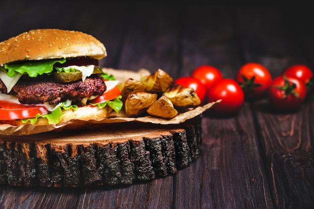 Nahaufnahme von selbst gemachten rindfleischburgern mit kopfsalat und majonäse