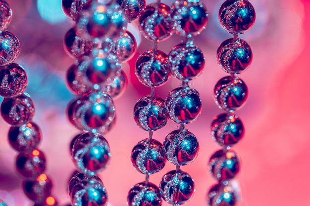 Nahaufnahme von silbernen perlen. weihnachts- und feiertagsdekorationskonzept