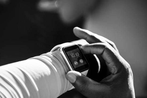 Nahaufnahme von smartwatch auf einem handgelenk
