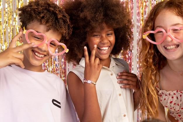 Nahaufnahme von smiley-kindern mit süßer brille