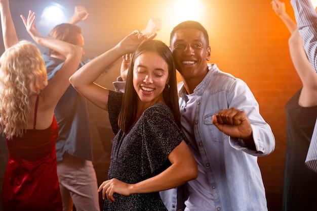 Nahaufnahme von smiley-leute, die tanzen