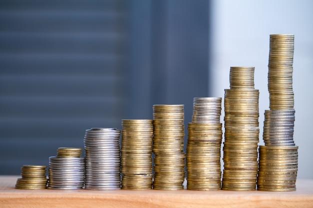 Nahaufnahme von spalten von mehrfarbigen münzen von zunehmender höhe