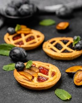 Nahaufnahme von süßen kuchen mit früchten