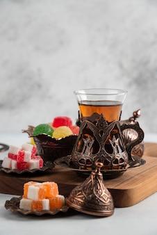 Nahaufnahme von süßen süßigkeiten und tee