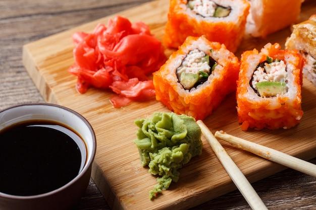 Nahaufnahme von sushi mit sojasoße