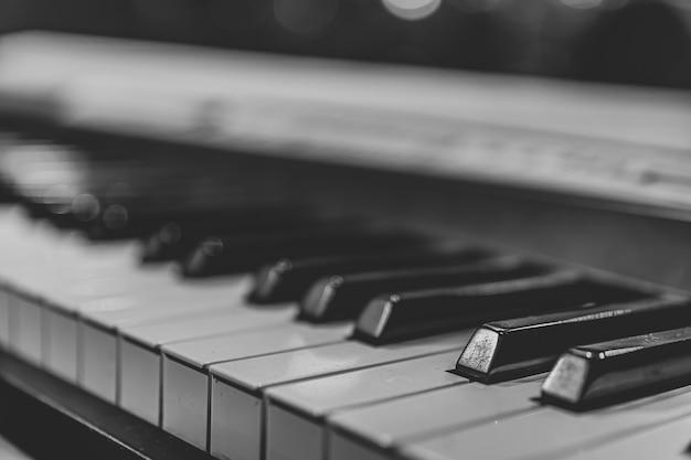 Nahaufnahme von synthesizer-tasten mit einem unscharfen hintergrund.