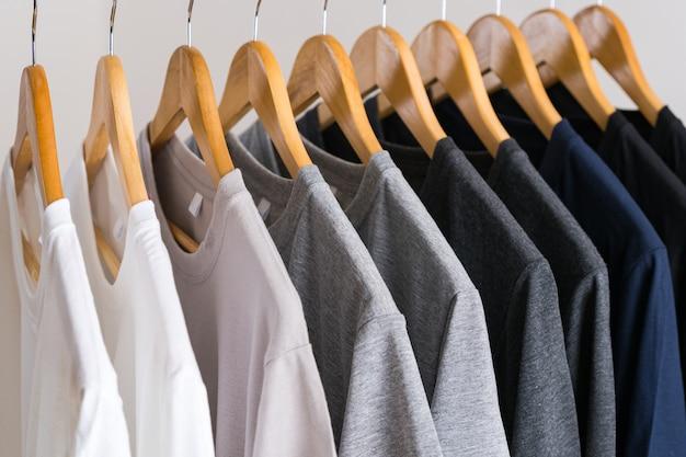 Nahaufnahme von t-shirts auf kleiderbügeln