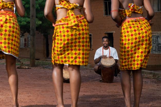 Nahaufnahme von tänzern in nigeria