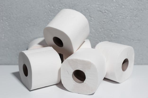 Nahaufnahme von toilettenpapierrollen auf weißem tisch