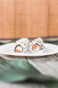 Nahaufnahme von traditionellen sushi auf platte über tabelle