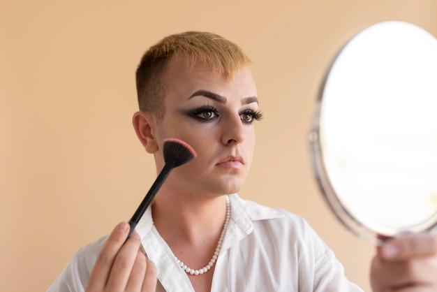 Nahaufnahme von transgender beim schminken