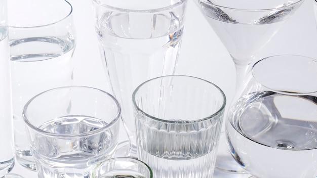 Nahaufnahme von transparenten gläsern mit wasser