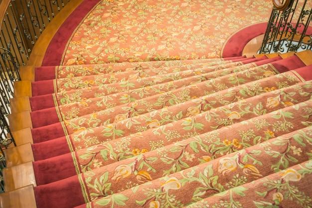 Nahaufnahme von treppen bedeckt mit teppich.