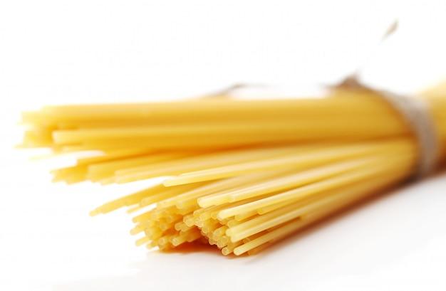 Nahaufnahme von ungekochten spaghetti
