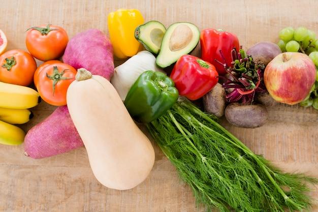 Nahaufnahme von verschiedenen früchten und gemüse