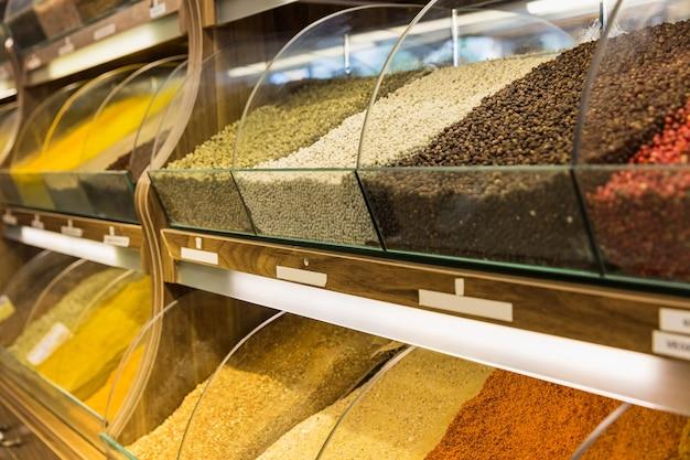 Nahaufnahme von verschiedenen gewürzen auf orientalischem gewürzverkaufsmarkt