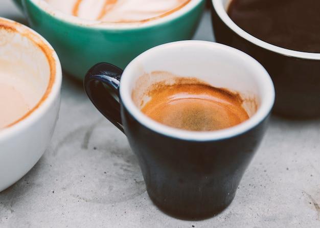 Nahaufnahme von verschiedenen heißen kaffee