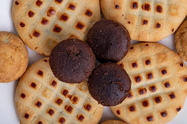 Nahaufnahme von verschiedenen keksen auf einem weißen teller