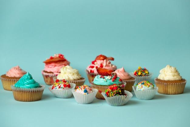 Nahaufnahme von verschiedenen leckeren süßigkeiten auf blauem hintergrund