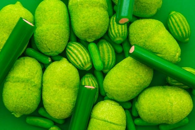 Nahaufnahme von verschiedenen süßen grünen süßigkeiten