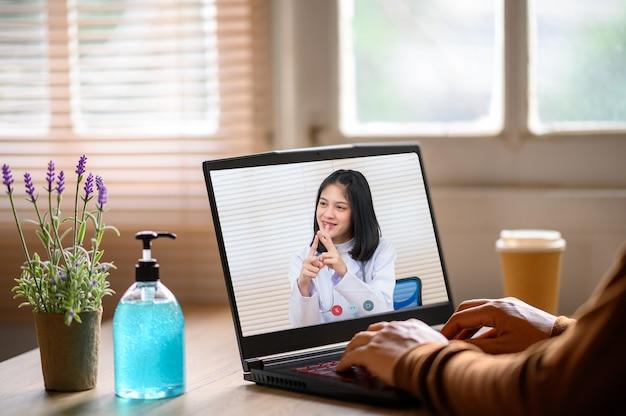 Nahaufnahme von videokonferenzen mit männlichem arzt auf laptop am schreibtisch, gesundheitskonzept
