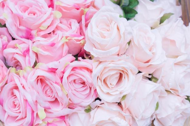 Nahaufnahme von vielen blassrosa rosen aus stoff mit verschwommenem hintergrund als valentinstag-konzept